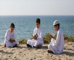 فلسطين المحتلة .. أطفال في عُمر الزهور يقرؤون القُرآن الكريم في سلسلة بشرية على شاطئ غزة ..
